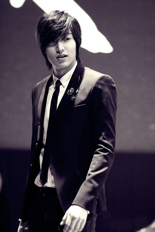 Foto Lee Min Ho dalam berbagai gaya 24