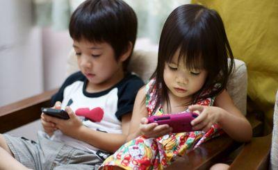 Foto anak-anak bermain smartphone