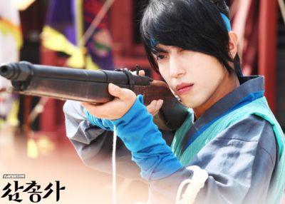 Foto Jung Yonghwa dalam Three Musketeers 2