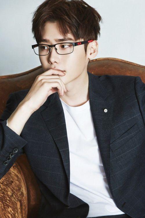 Foto Keren Lee Jong-suk Berkacamata 2