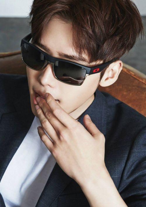 Foto Keren Lee Jong-suk Berkacamata 3