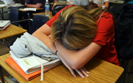 Siswi sedang tidur di kelas
