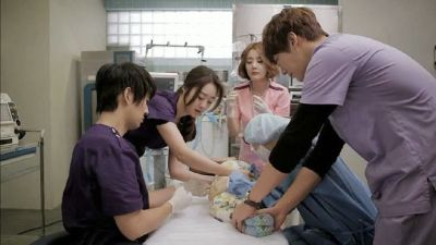 Foto Adegan Drama Emergency Couple 30