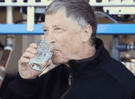 Bill Gates Minum Air Kotoran